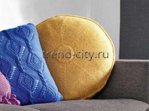 Круглая желтая подушка спицами
