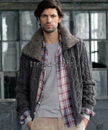 Мужская вязаная куртка спицами с «меховым» воротником