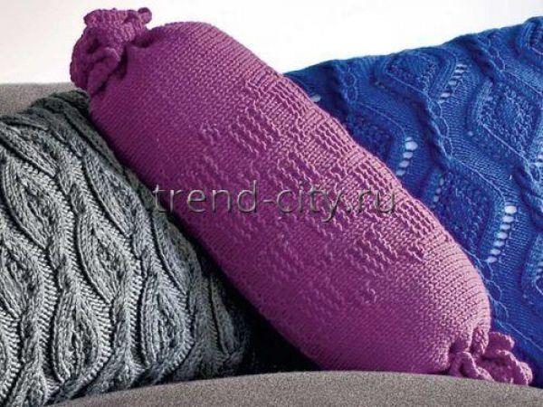 Подушка-валик спицами с рельефным узором