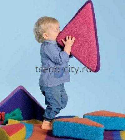 Войлочные подушки-треугольники спицами